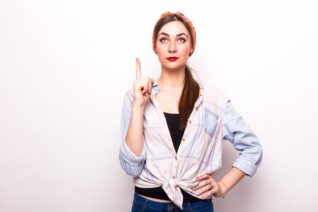 Mujer apuntando hacia arriba con su dedo