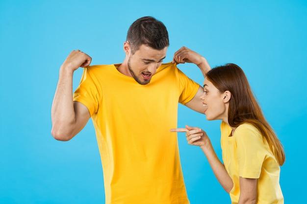 Mujer apuntando a la camiseta en blanco de un hombre