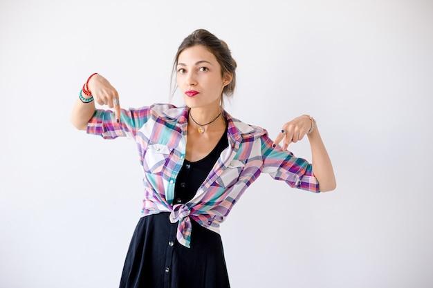 Mujer apuntando con los dedos hacia abajo listo para resolver problemas