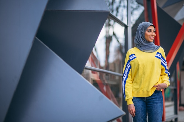 Mujer árabe en hijab ouside en la calle