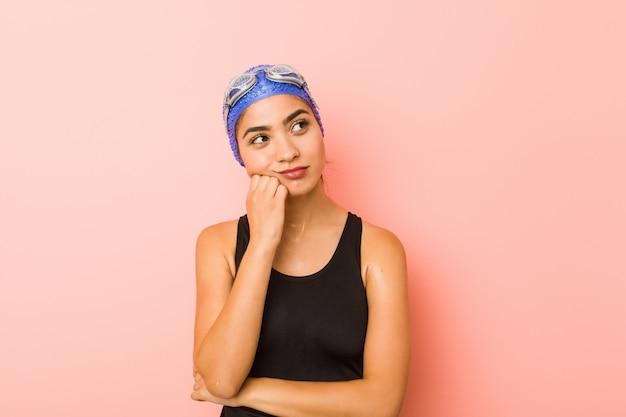 Mujer árabe joven del nadador aislada que se siente triste y pensativa,.