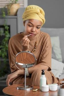 Mujer árabe con lápiz labial. tratamiento de belleza