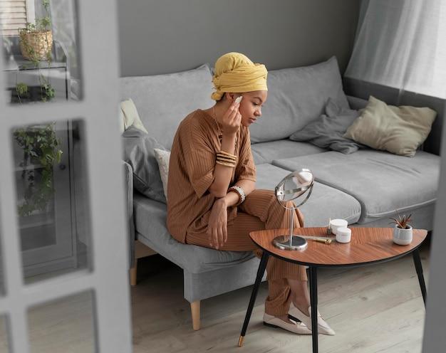 Mujer árabe limpiando su rostro. tratamiento de belleza