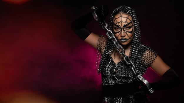 Mujer araña fantasma con cubierta de red de cristal de lugares de espectáculo de cabaret, espacio de copia vacía de fondo de halloween