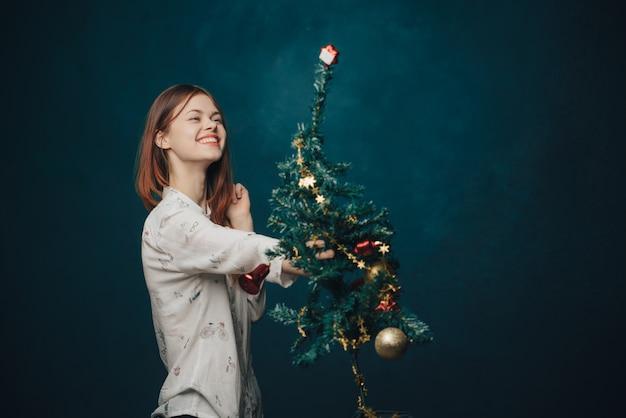 Mujer, árbol de navidad, estudio, posar