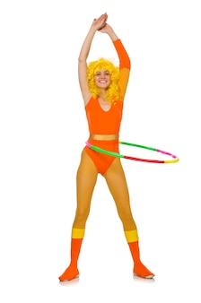 Mujer con aro de hula aislado en blanco