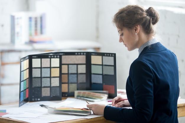 Mujer, arquitecto, elegir, materiales