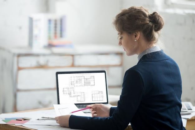 Mujer, arquitecto, lectura, planos