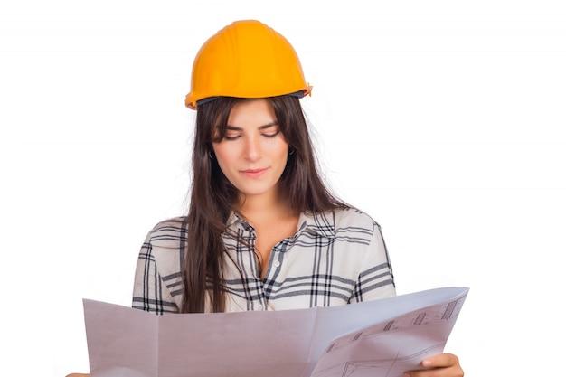 Mujer de arquitecto sosteniendo un plano.