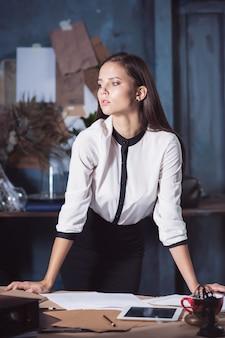 Mujer arquitecto trabajando en la mesa de dibujo en la oficina o en casa