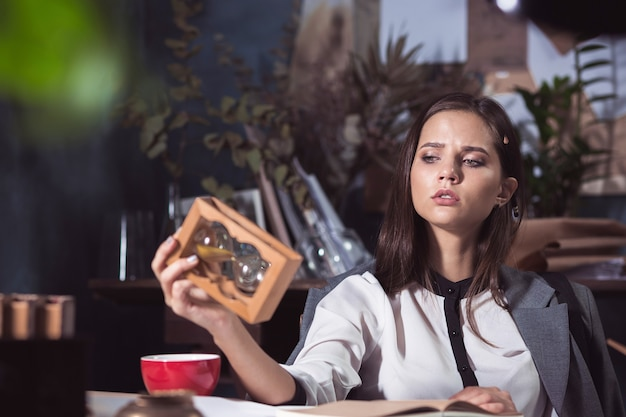 Mujer arquitecto trabajando en la mesa de dibujo en la oficina o en el hogar. concepto de falta de tiempo