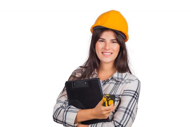Mujer de arquitecto vistiendo casco de construcción y sosteniendo carpetas.