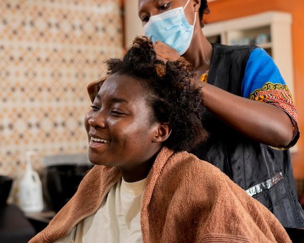 Mujer arreglando su cabello en el salón