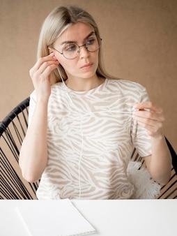 Mujer arreglando sus auriculares