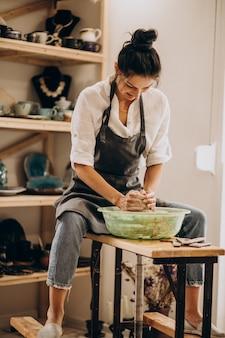 Mujer artesana en una tienda de cerámica