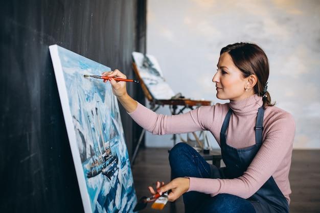 Mujer artista pintando en estudio