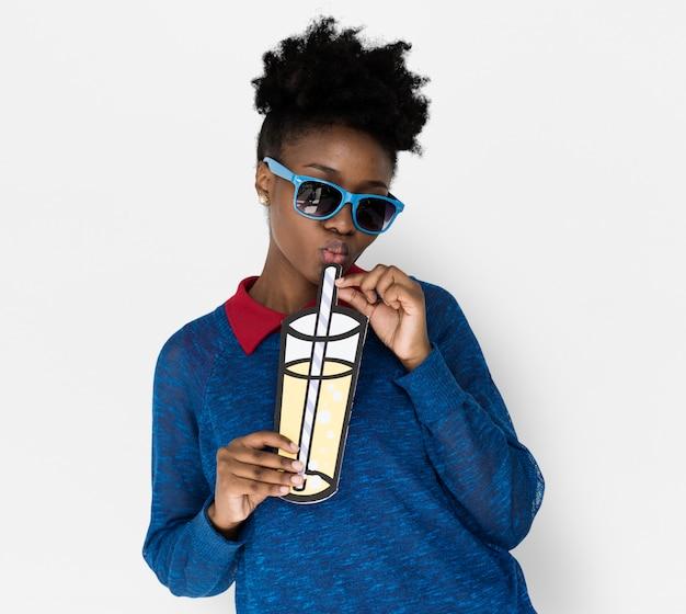 Mujer de ascendencia africana con una bebida