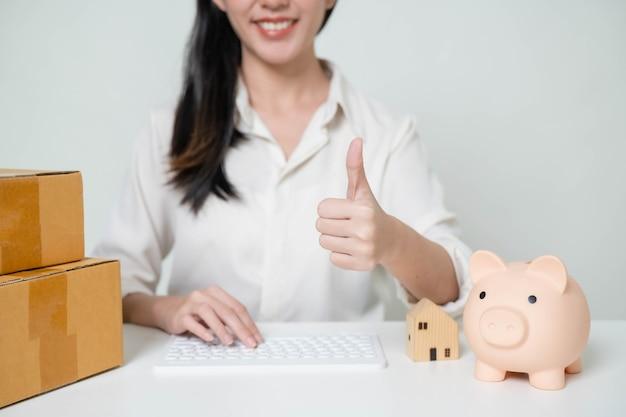 Mujer de asia puesta en marcha para negocios en línea. personas con concepto de trabajo autónomo o empresario pyme de compras en línea. tamaño de la pancarta