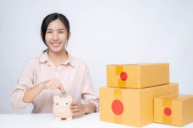 Mujer de asia puesta en marcha para negocios en línea. personas con concepto de trabajo autónomo o empresario pyme de compras en línea.