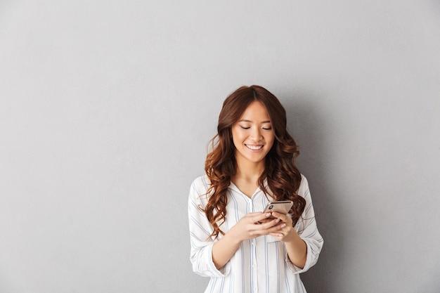 Mujer asiática alegre que se encuentran aisladas