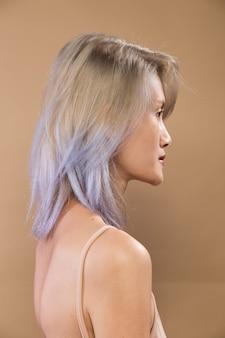 Mujer asiática antes de aplicar maquillaje estilo de pelo gris plateado. sin retoques, rostro fresco con acné, labios, ojos. iluminación de estudio de fondo amarillo beige, para tratamiento de terapia estética, vista trasera