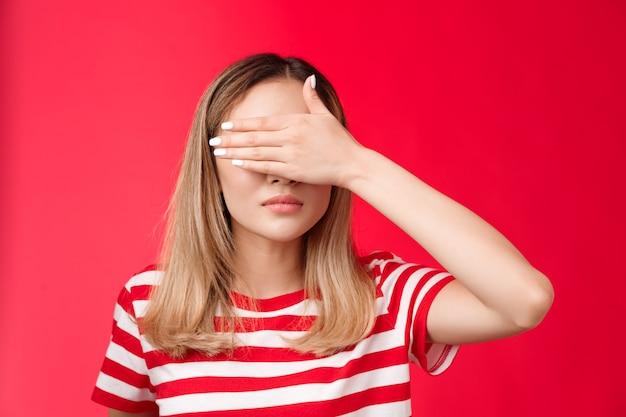 Mujer asiática de aspecto serio cubrir la vista sujetar la palma de la mano en los ojos no querer ver mala escena mirar concentrarse ...