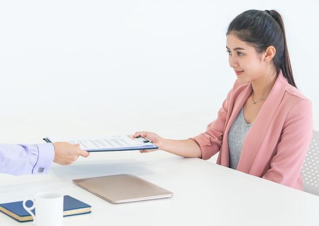 Mujer asiática atractiva joven que toma entrevista de trabajo