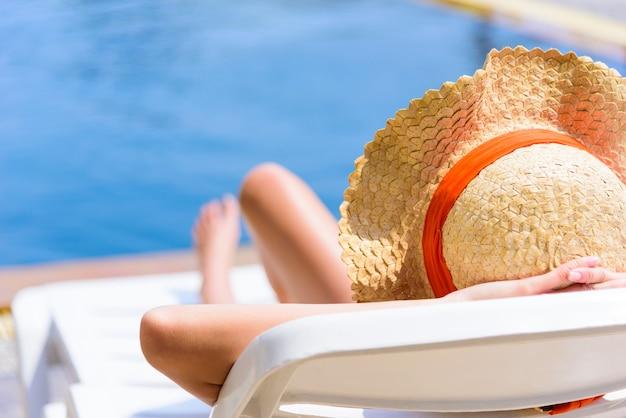La mujer asiática atractiva tiene dormir en el tiempo de la tarde y de la puesta del sol con la relajación en vacaciones y día de fiesta.