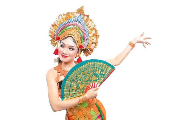 Mujer asiática bailando danza tradicional balinesa aislado