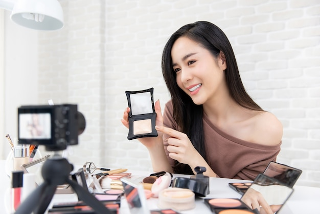 Mujer asiática belleza profesional vlogger grabación de maquillaje cosmético tutorial video