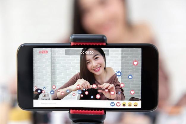 Mujer asiática belleza vlogger compartiendo maquillaje video tutorial en las redes sociales