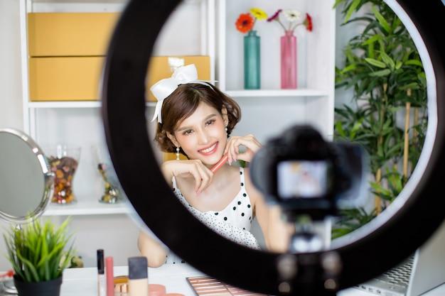 Mujer asiática belleza vlogger o blogger grabación componen