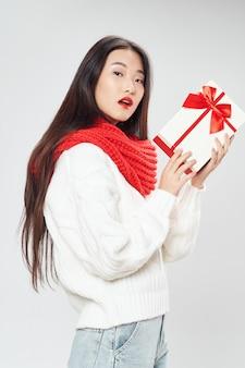 Mujer asiática con caja de regalo de navidad