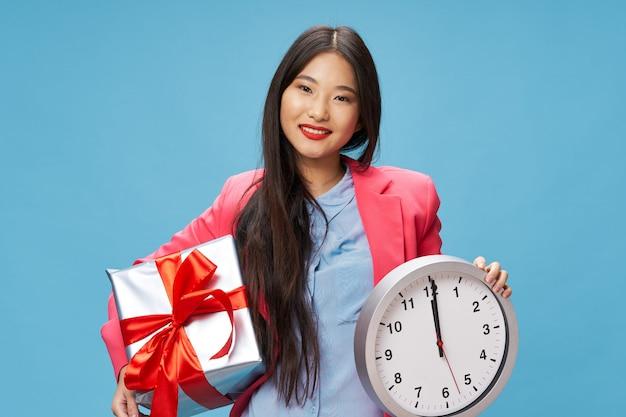 Mujer asiática con caja de regalo y reloj