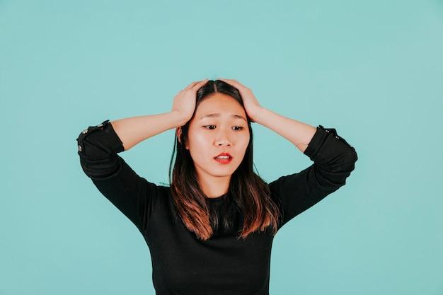 Mujer asiática cansada