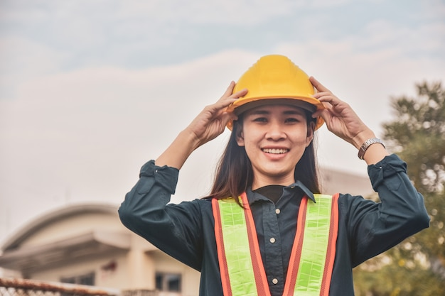 Mujer asiática con casco