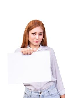 La mujer asiática coloca y sostiene la hoja en blanco del libro blanco a disposición con el camino de recortes
