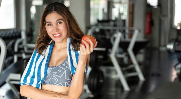 Mujer asiática comiendo manzana saludable