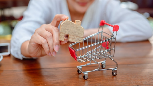 Mujer asiática de compras en línea. distanciamiento social y nuevo estilo de vida cotidiano normal.