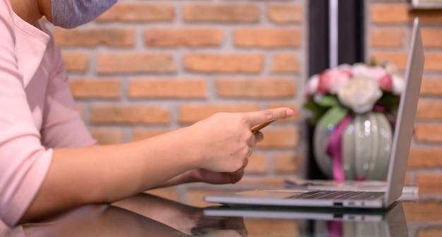 Mujer asiática de compras en línea. distanciamiento social y nuevo estilo de vida normal.