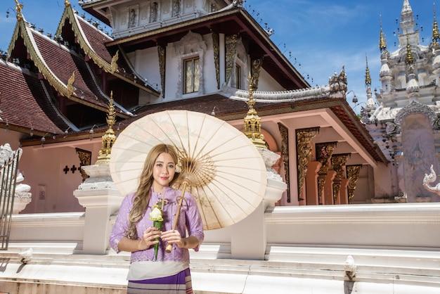 Mujer asiática con cultura tradicional tailandesa estilo lanna, estilo vintage, chaingmai tailandia