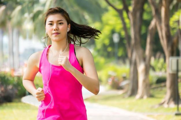 Mujer asiática deporte corriendo
