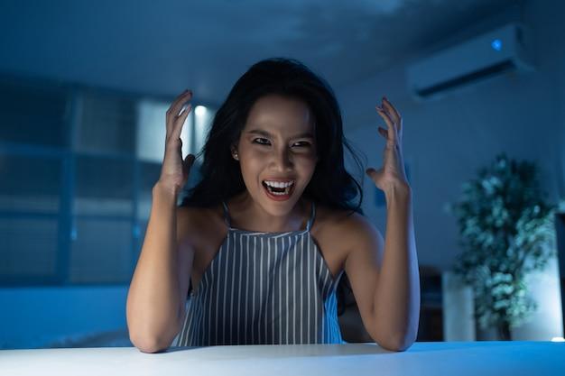 Mujer asiática con depresión está estresada y loca.