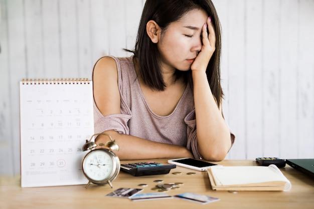 Mujer asiática sin dinero para pago con tarjeta de crédito.