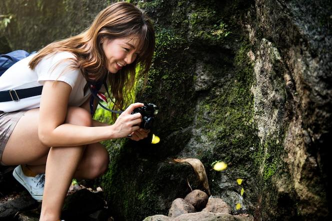 Mujer asiática disfrutando de un viaje al aire libre