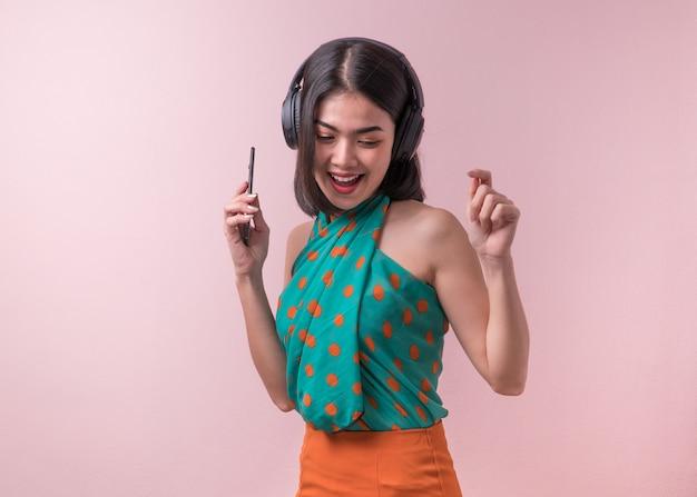 Mujer asiática disfrutar de la música.