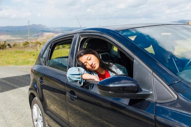 Mujer asiática, dormir, en coche