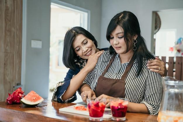 Mujer asiática dos que cocina en la cocina