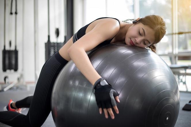 Joven yogui mujer seiza posar namaste desv n plano for Gimnasio nuevo estilo