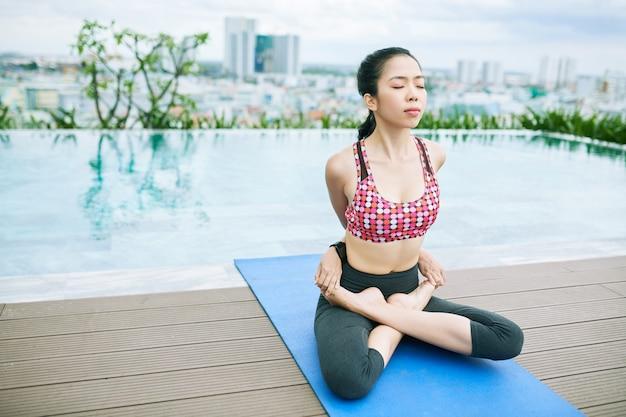 Mujer asiática, ejercitar
